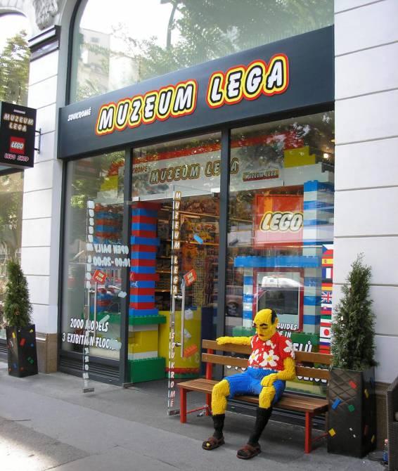 при вході в музей Лего