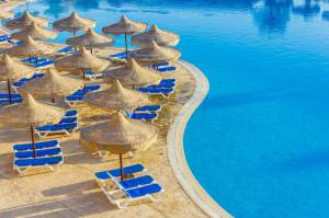 у басейну єгипетського готелю