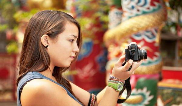 Туристка фотографує місцеві пам'ятки, Китай