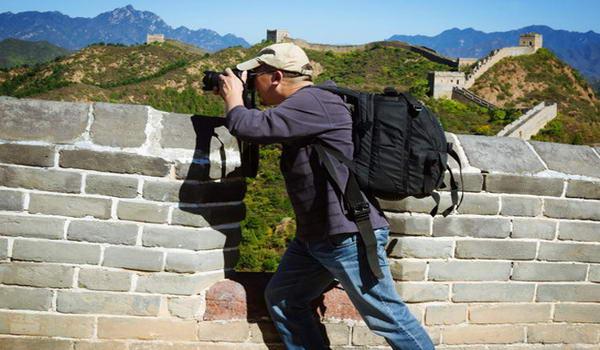 Фотографуючі живописну красу, яка відкривається з Великої Китайської стіни