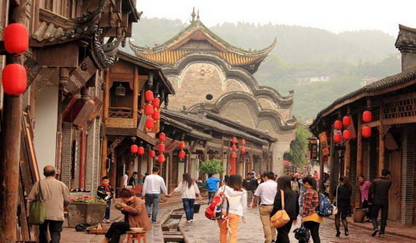 Туристи насолоджуються пам'ятками древнього міста Ліодай, Китай