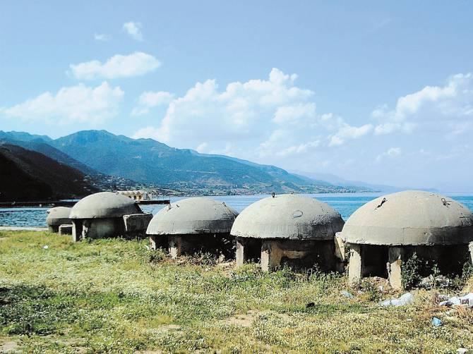 бункеры на побережье моря в Албании