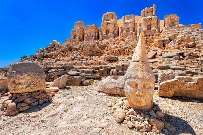 Турция. Руины Коммагена на горе Немрут