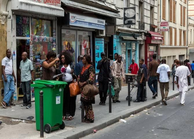 жебраки і бездомні на вулицях Парижу