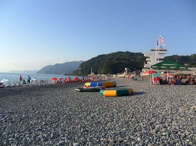 Пляж в Сарпі. Дуже чисте море, але для дітей нудно.