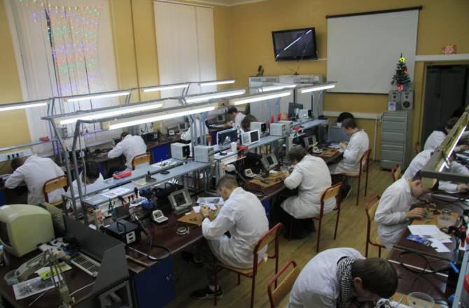 столы радиомонтажник в ремонтной мастерской