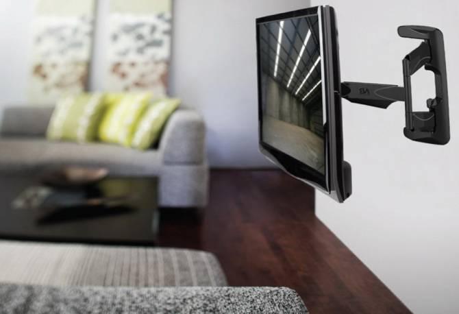 телевизор на кронштейне