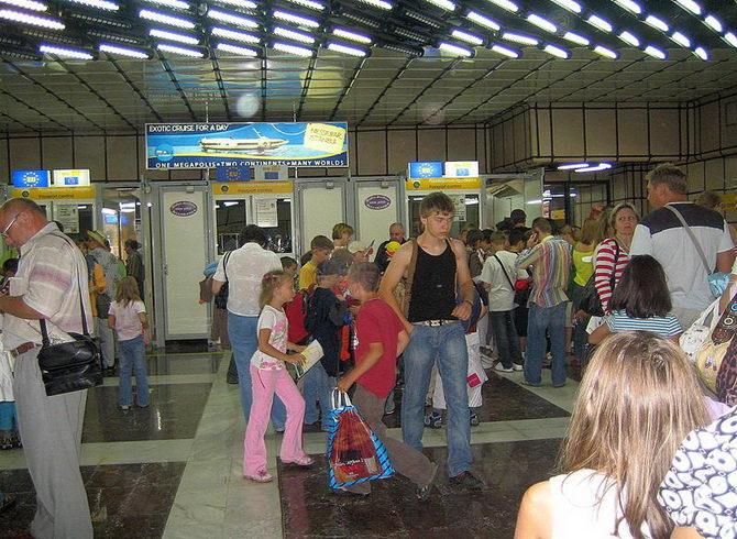 Аеропорт міста Бургас. Діти і молодь найчисленніші гості Болгарії