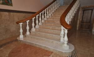 Сучасні сходи з каменю для заміських будинків