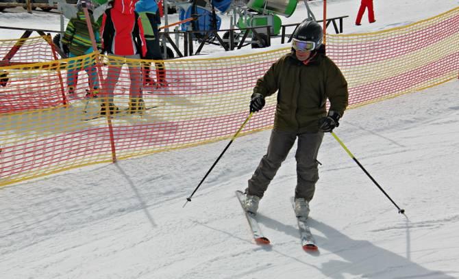 кататься на лыжах нужно в шлеме и экипировке
