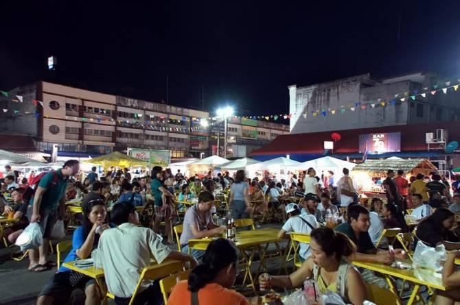 Нічний ринок Крабі : усі столики зайняті