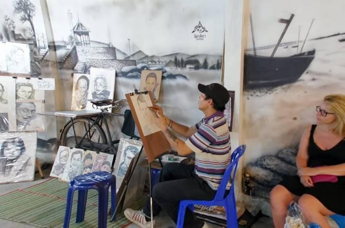 Художник на нічному ринку Хуахіна