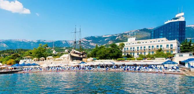 вид с моря на гостиницу Premier Palace Hotel Oreanda