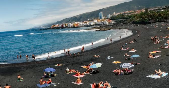 Фото: пляж з чорним піском в Пуерто-де-ля-Круз