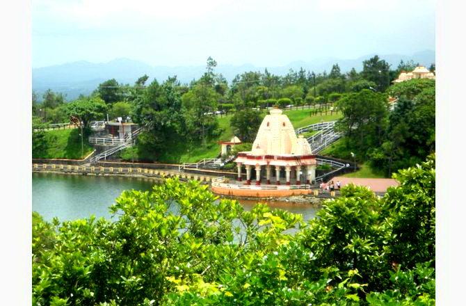 Індуський храм на озері Гангу Талао