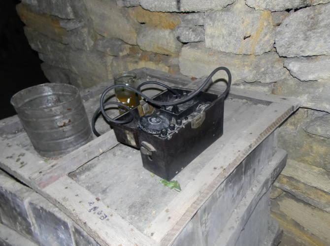 Фото: радіостанція в катакомбах