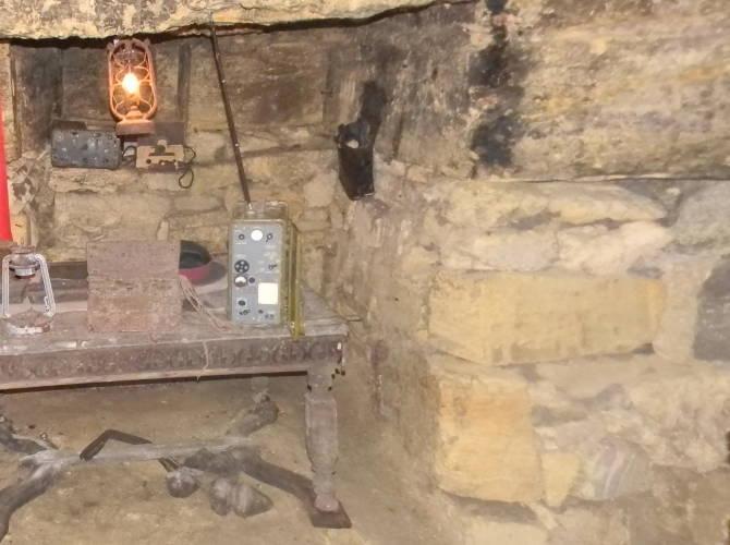 Фото: куточок партизанів в катакомбах