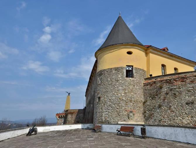 фото: сторожова вежа середнього замку Паланок