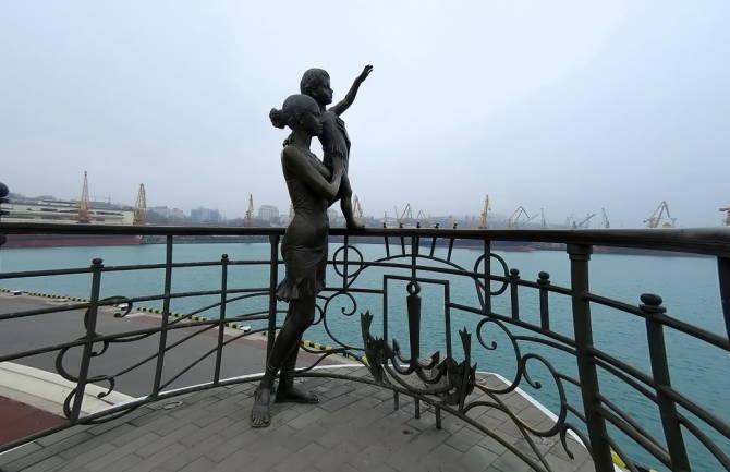 Одеса. Пам'ятник дівчині моряка