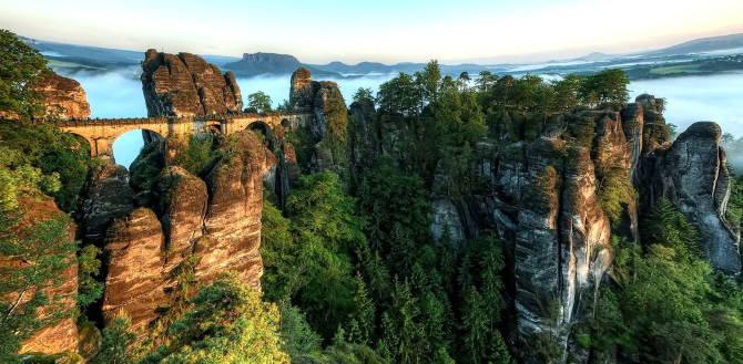 Міст і скелі Бастай
