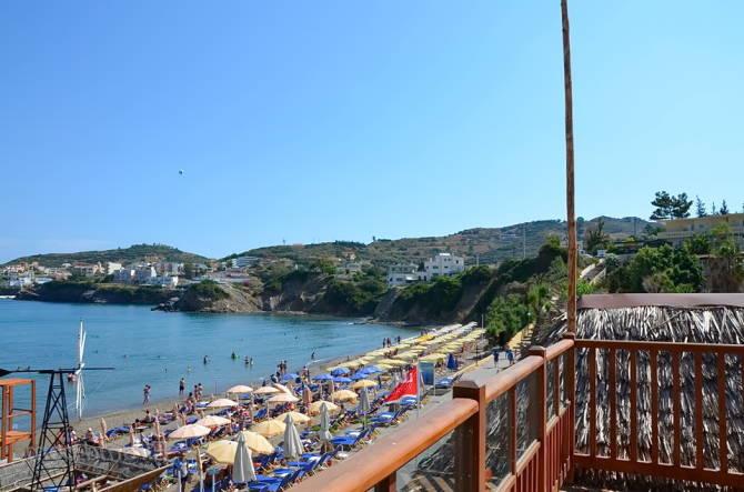 Над пляжем готелю