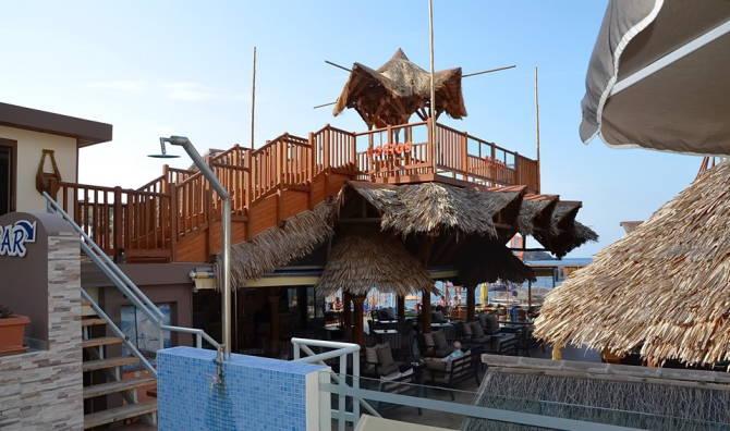 Бар готелю поряд з пляжем