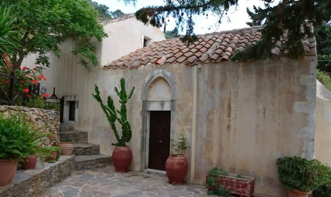 У монастиря Аталі