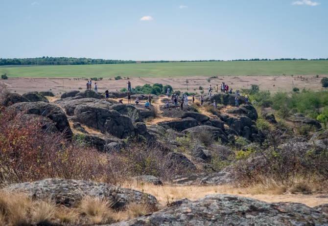 туристи дивляться на  Актівський каньйон