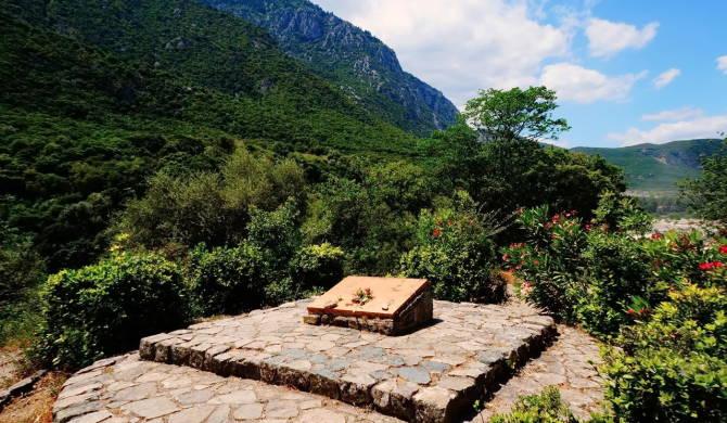 Плита на місці штабу грецького табору