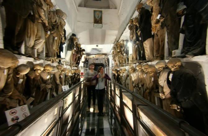 туристи в Катакомбах в одному з коридорів