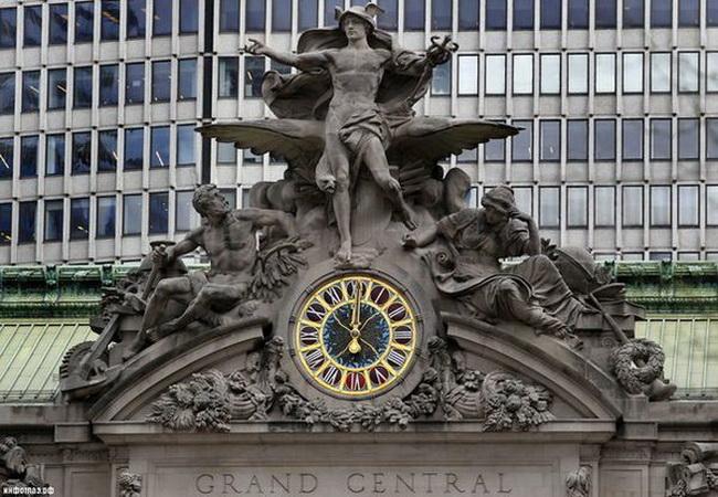 скульптура з годинником на вокзалі