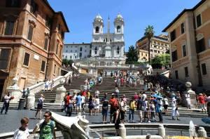Влада Риму заборонила туристам сидіти на Іспанських сходах: штраф €250
