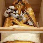 З гробниці Тутанхамона витягнули велику золоту труну