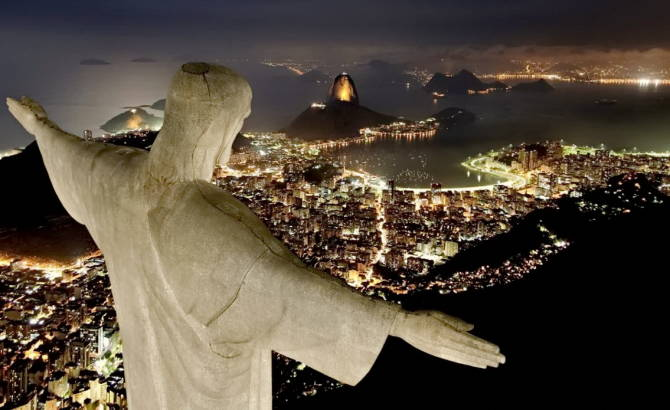 Фото: статуя Христа-Спасителя вночі