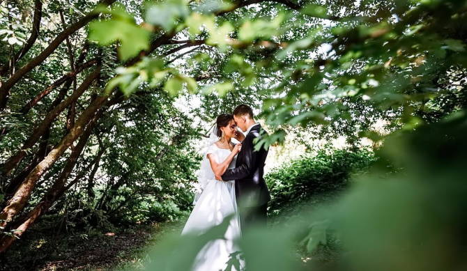 весільна прогулянка молодих